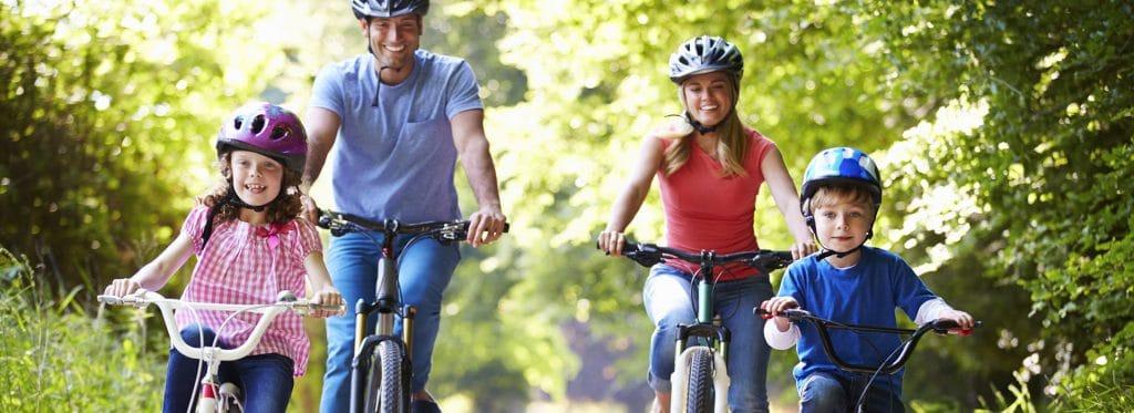 Famille à vélo