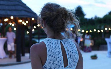 femme soiree romantique paillotte