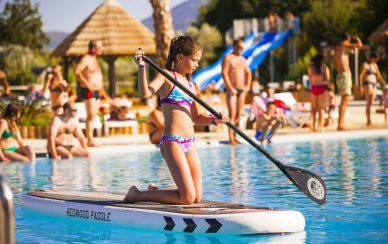 Fille piscine paddle