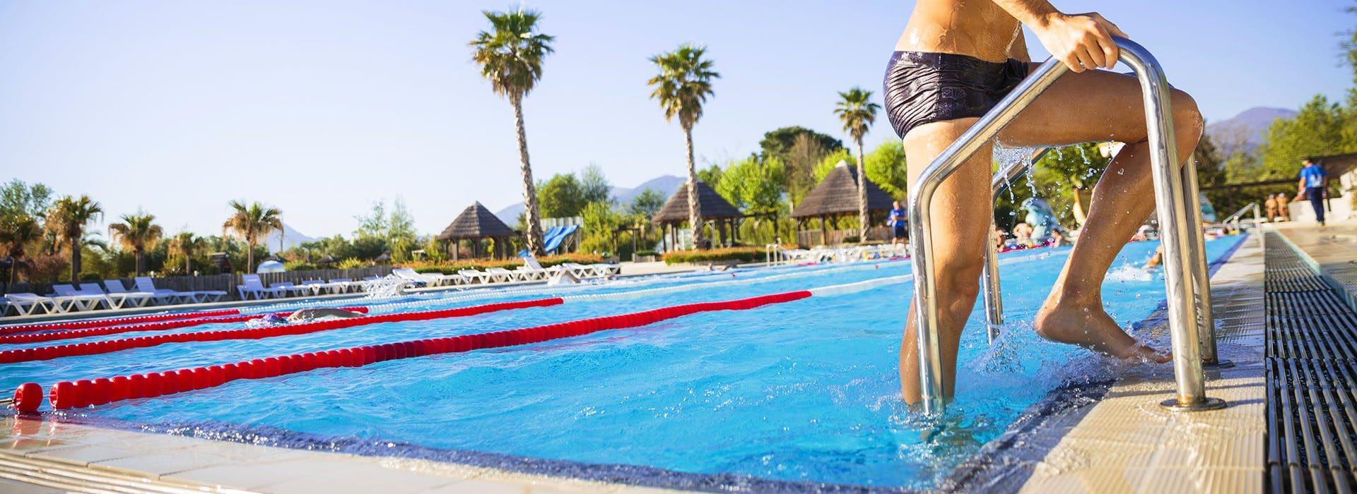 Homme piscine sport
